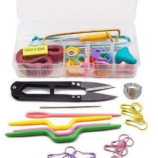 N054 - Stickset - flätstickor, måttband, maskhållare, sax etc.