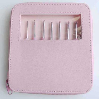 N0030 - Set med 8 st. ergonomiska virknålar i snyggt rosa fodral