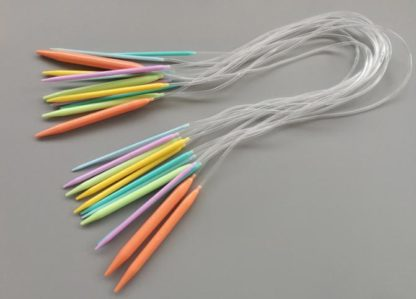 N049 - Set med 12 st. färgglada rundstickor 80 cm i plast