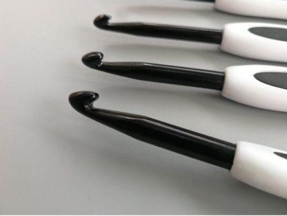 N140 - Set med 8 st. snygga ergonomiska virknålar Svart / Vit